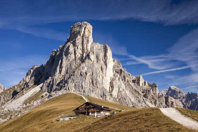 Scenic view of mountain hut on meadow in Giau Pass of Dolomite Mountains, Italy. — Stock Photo