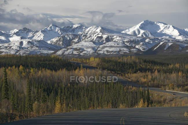 Highway with mountain landscape of Saint Elias Range in Yukon Territory, Canada — Stock Photo