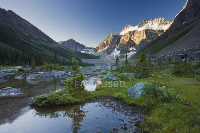 Mount Fay in sunlight by Lower Consolation Lake, Banff National Park, Alberta, Canada — Stock Photo