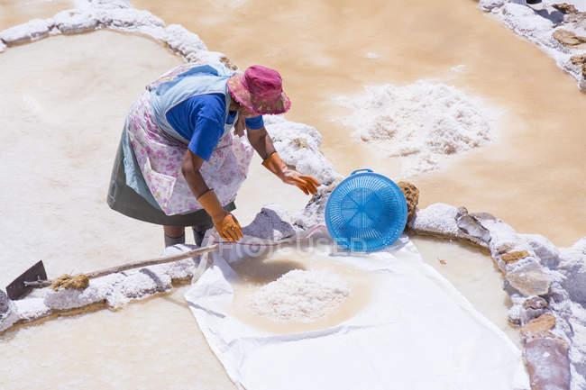 Местная женщина, работающая на соляных шахтах Мараса в регионе Куско Перу — стоковое фото
