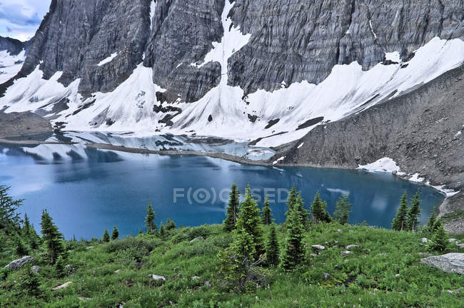 Scenery of Rockwall at Floe Lake by pond water in Kootenay National Park, British Columbia, Canada — Stock Photo