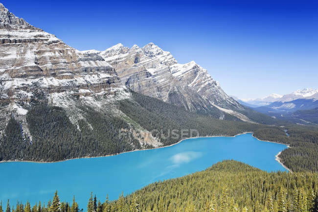 Scenic view of snowcapped mountains and turquoise Peyto Lake, Banff National Park, Alberta, Canada — Stock Photo