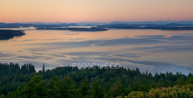 Высокоугольный вид на океан и Олимпийские горы на прибрежной сцене в Вашингтоне, США — стоковое фото