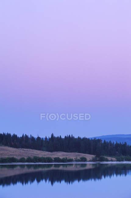 Courtney Lake al atardecer cerca de Merritt, Columbia Británica, Canadá . - foto de stock
