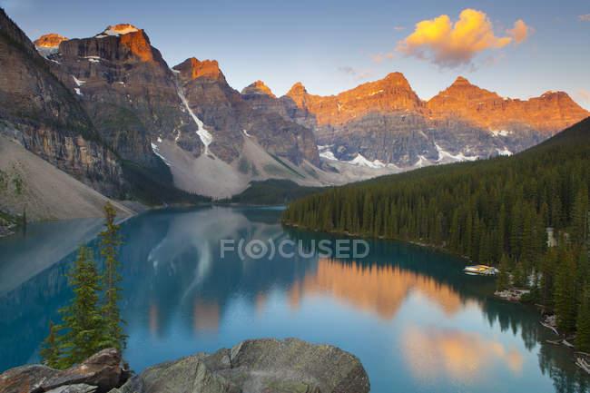 Local tranquilo do Lago Moraine ao pôr do sol no Parque Nacional de Banff, Alberta, Canadá — Fotografia de Stock