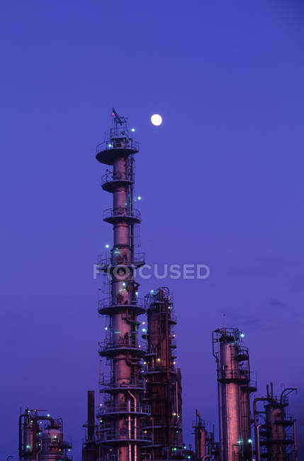 Pila de humo al atardecer con luna más allá, Columbia Británica, Canadá . - foto de stock