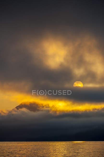 Lever du soleil dans le détroit de Johnstone, Inside Passage, Colombie-Britannique — Photo de stock