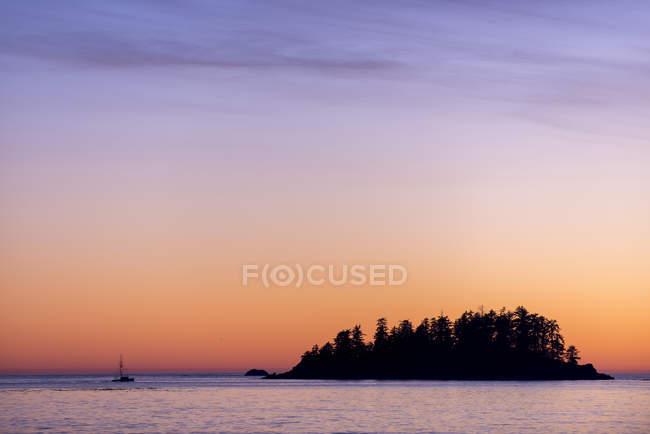 Island silhouette in front of MacKenzie Beach, Tofino, British Columbia, Canada — Stock Photo