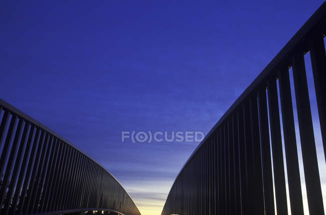 Handläufe und Gehweg mit blankem Himmel darüber, britische Columbia, Kanada. — Stockfoto
