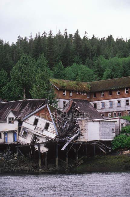 Reste de vestige du site de la conserverie à l'Inside Passage, Prince Rupert, Butedale, Colombie-Britannique, Canada. — Photo de stock