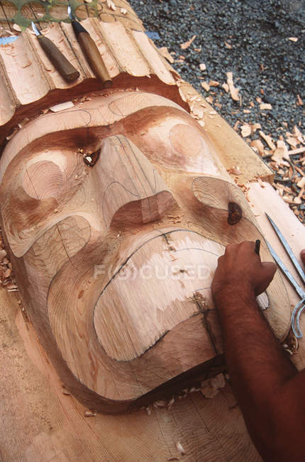 Alert Bay intagliatore creando nuovo palo, Columbia Britannica, Canada . — Foto stock