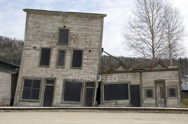 Вакантні старі історичні будівлі від золота лихоманка епохи, Доусон-Сіті, Юкон, Канада. — стокове фото