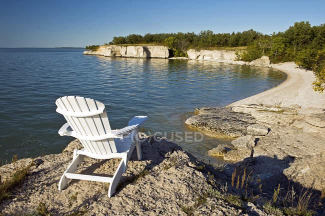 Sedia da scogliere calcaree lungo il lago Manitoba, Manitoba, Canada — Foto stock