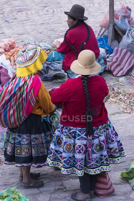 Місцевих жінок у традиційному одязі в ринку сцени в місті Pisac, Перу — стокове фото