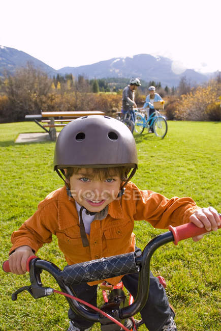 Ragazzo in bici con i genitori lungo sentiero vicino a Meadow Park Recreation Centre in British Columbia, Canada — Foto stock