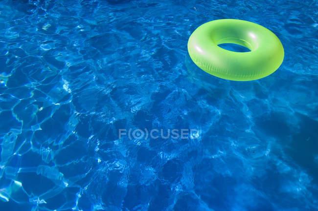 Anel de flutuante inflável verde claro piscina — Fotografia de Stock