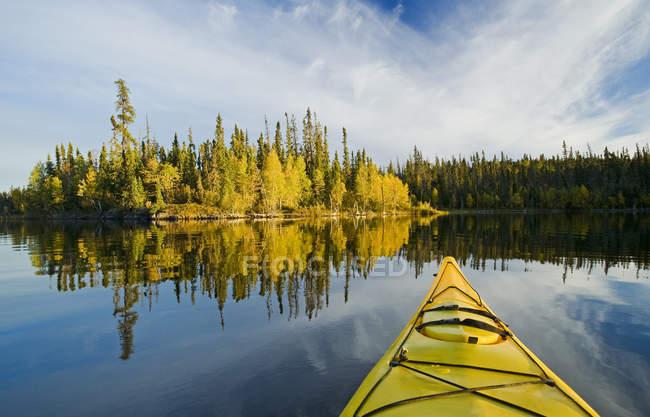 Лук каяк лодки на озере Диккенс, Северный Саскачеван, Канада — стоковое фото