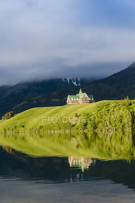 Отель Prince of Wales, отражая в воде Уотертон озер национального парка, Альберта, Канада — стоковое фото