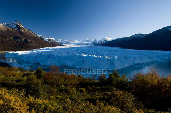 Perito Moreno Glacier in autumn with ice calves falling into  water of Lago Argentina, Parque Nacional Los Glacieres, Argentina — Stock Photo
