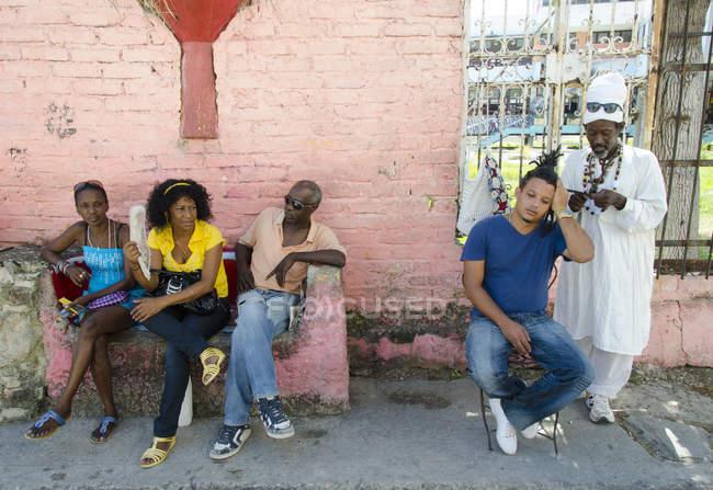 Escena callejera con el hombre dreadlocking cabello, Callejón de Hamel, La Habana, Cuba - foto de stock