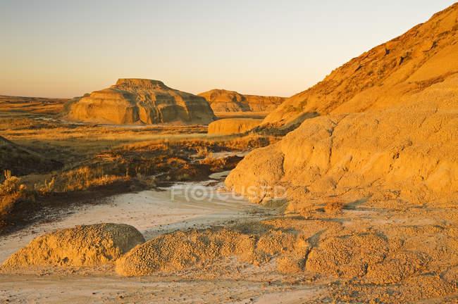 Освещенная солнцем скалы в национальном парке луга — стоковое фото