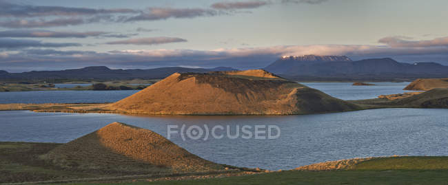 Panoramic landscape of hills and Myvatn Lake, Iceland - foto de stock
