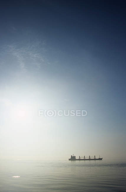 Грузовой корабль в утреннем тумане по побережью Британской Колумбии, Канада . — стоковое фото