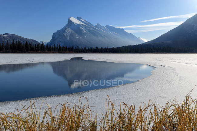 Mount Rundle and Vermillion Lake in winter, Banff National Park, Alberta, Canada — Stock Photo