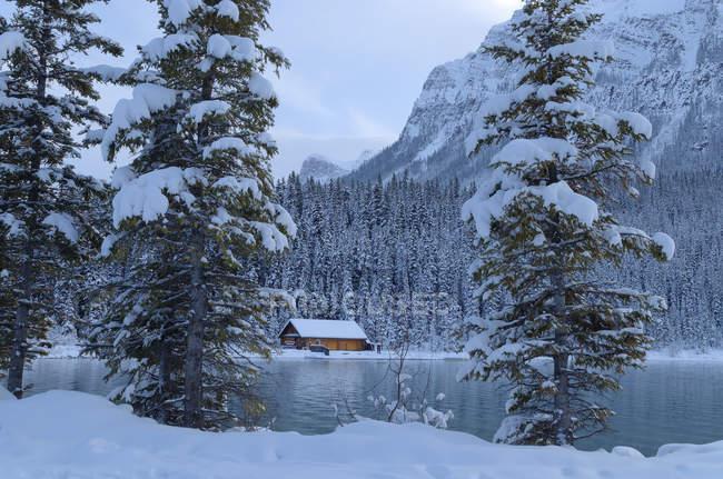 Кабіна в Lake Louise в зимовий період, Banff Національний парк, Альберта, Канада — стокове фото