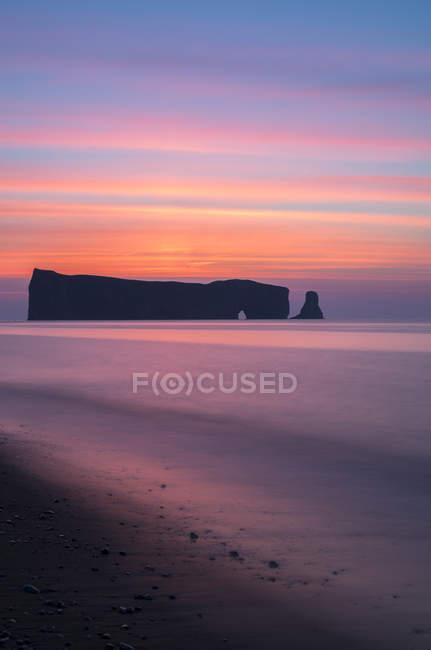 Perce скельним порід у воді перед сходом сонця, Gaspesie, Квебек, Канада. — стокове фото