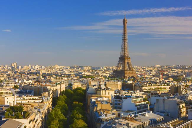 Vue d'angle élevé de la Tour Eiffel et le paysage urbain de Paris, France. — Photo de stock