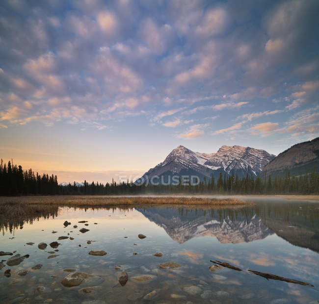 Elliot Peak spiegelt in Whitegoat Seen, Bighorn Wildland, Alberta, Kanada — Stockfoto