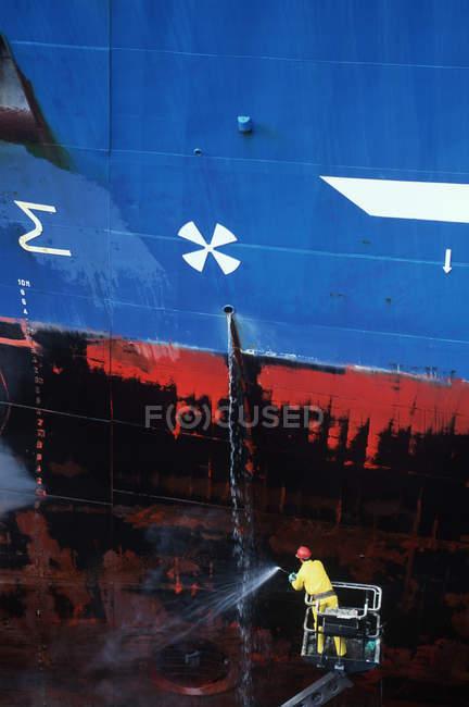 Суднобудівний завод працівник powerwashing Халл сталевих суден, Вікторія, острів Ванкувер, Британська Колумбія, Канада. — стокове фото