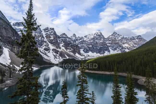 Rocky Mountains reflektiert in Moraine Lake im Banff Nationalpark, Alberta, Kanada — Stockfoto