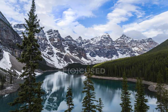Montagnes Rocheuses reflétant dans le lac Moraine dans le Parc National Banff, Alberta, Canada — Photo de stock