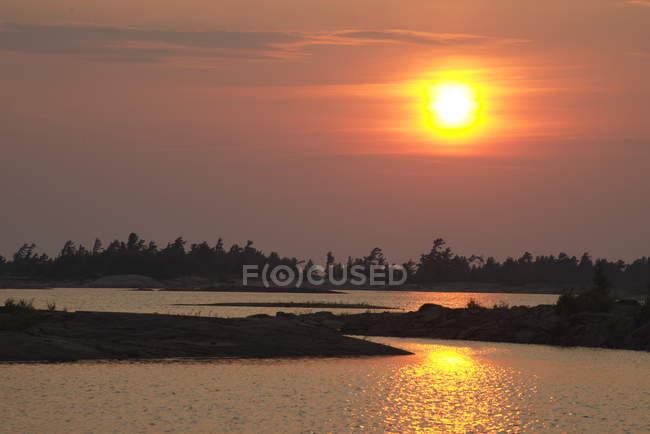 Coucher de soleil sur les îles de Black Bay, Georgian Bay, Ontario, Canada — Photo de stock