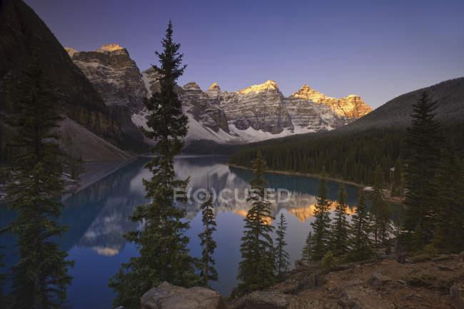 Рассвет на озере Морейн с горными вершинами, Долина десяти пиков, Национальный парк Банфф, Альберта, Канада . — стоковое фото