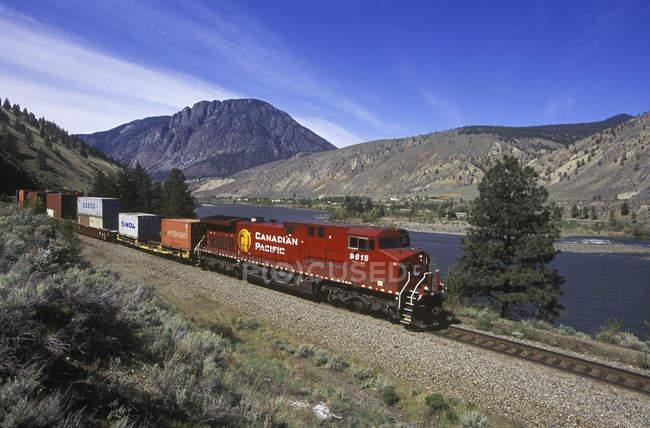 Treno merci a Spences Bridge lungo il fiume Thompson, Columbia Britannica, Canada . — Foto stock