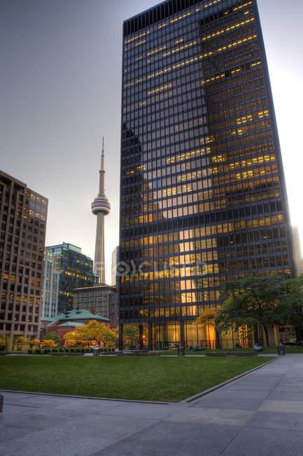 Ambiente de noche en el distrito financiero con la Cn Tower, Toronto, Ontario, Canadá - foto de stock