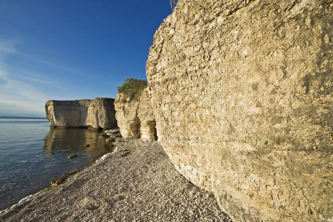 Scogliere calcaree e rocce scoscese lungo il lago Manitoba, Manitoba, Canada — Foto stock