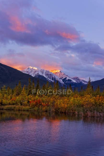 Рандл гори і озеро кіновар'ю на схід під драматичні небо, Національний парк Банф, Альберта, Канада — стокове фото