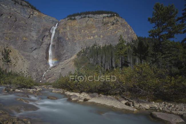 Takakkaw водопад с радуги на скалах в Провинциальный парк, Британская Колумбия, Канада. — стоковое фото