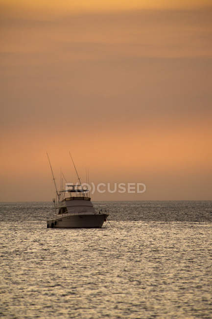 Barco de pesca no mar ao pôr do sol por Playas del Coco, Costa Rica . — Fotografia de Stock