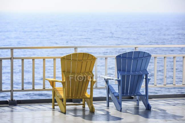 Pátio colorido cadeiras com vista para Baía Georgiana na doca no Lago Huron, Ontário, Canadá — Fotografia de Stock