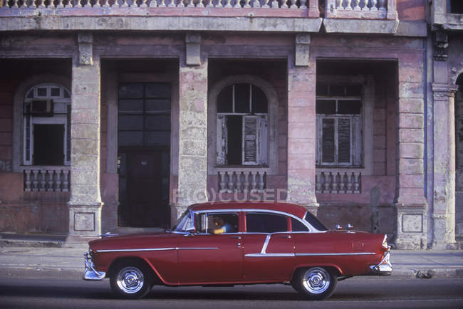 Classic car in front of old building on Malecon, Barrio Chino, Havana, Cuba. — Stock Photo
