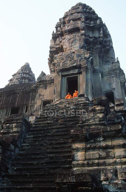 Moines bouddhistes assis au temple, Angkor Wat, Siem Reap, Cambodge, Asie du Sud-Est — Photo de stock