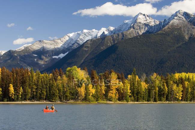 Man and woman canoeing at Bowron Lake Provincial Park, British Columbia, Canada. — Stock Photo