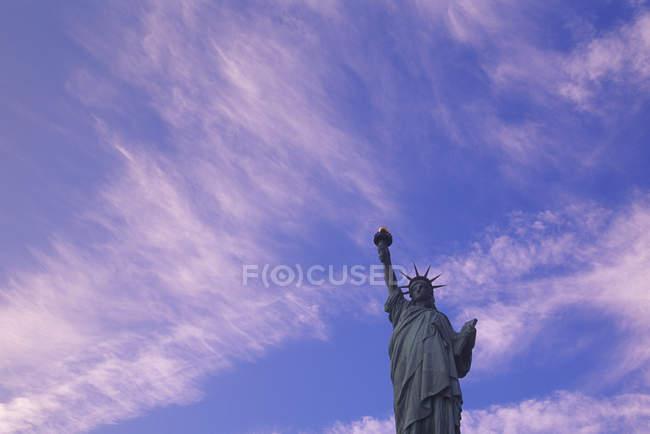 Vista ad angolo basso della Statua della Libertà contro il cielo blu nuvoloso a New York, USA — Foto stock