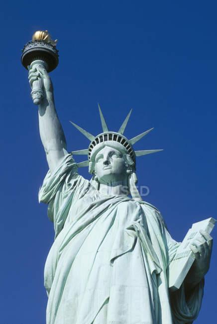 Vista ad angolo basso della Statua della Libertà dettaglio della testa contro il cielo blu a New York, Stati Uniti — Foto stock