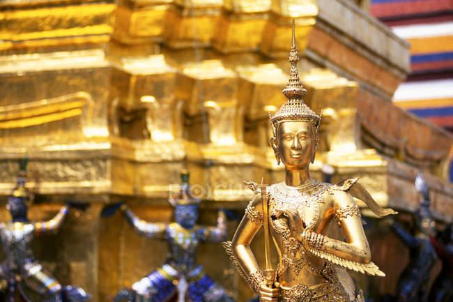 Декоративные статуи храм Ват Пра Кео в Бангкоке, Таиланд — стоковое фото